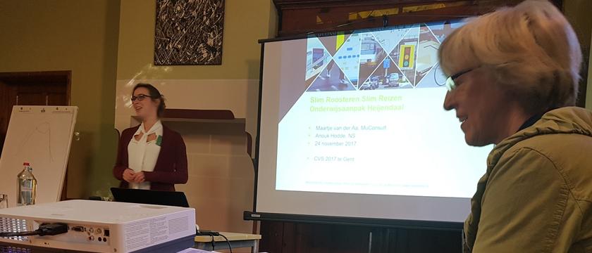 Maartje van der Aa presenteert tijdens het CVS haar paper over aanpassing van collegetijden om zo ochtendspits te verminderen dat genomineerd werd voor de CVS prijs